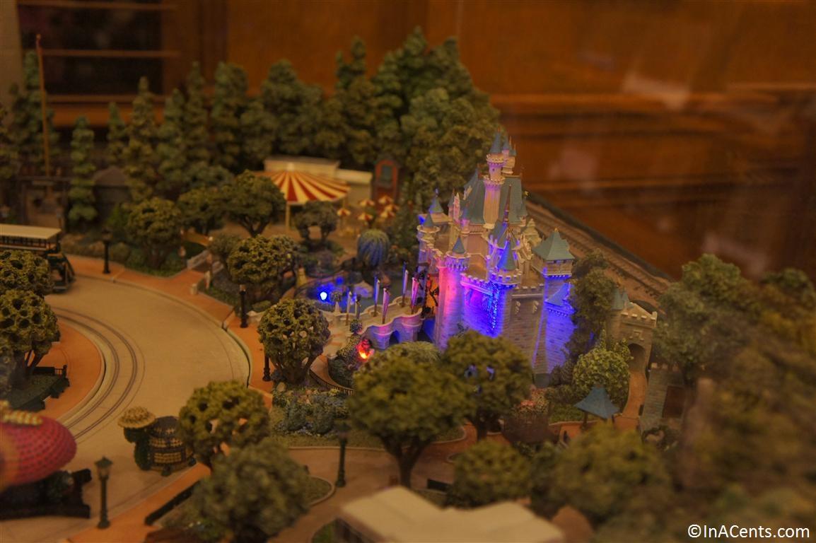... 120610 Disney Gallery (Disneyland) Main Street USA Model 6